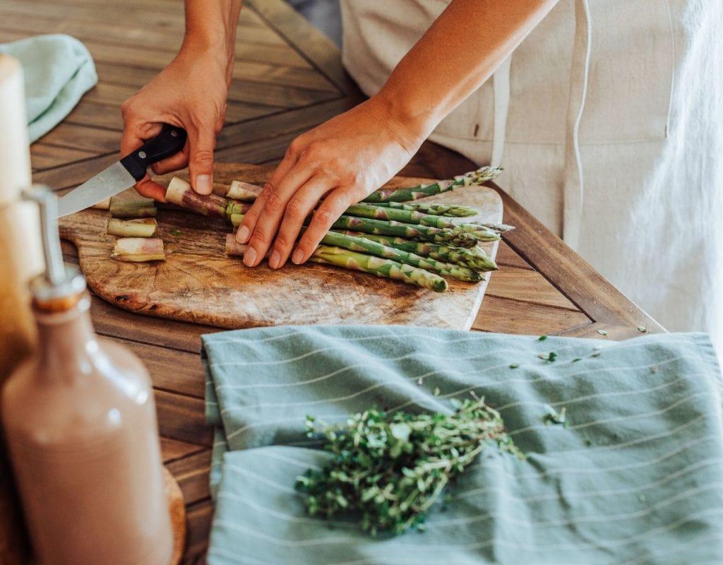 spargel kochen rezept frau hände küche