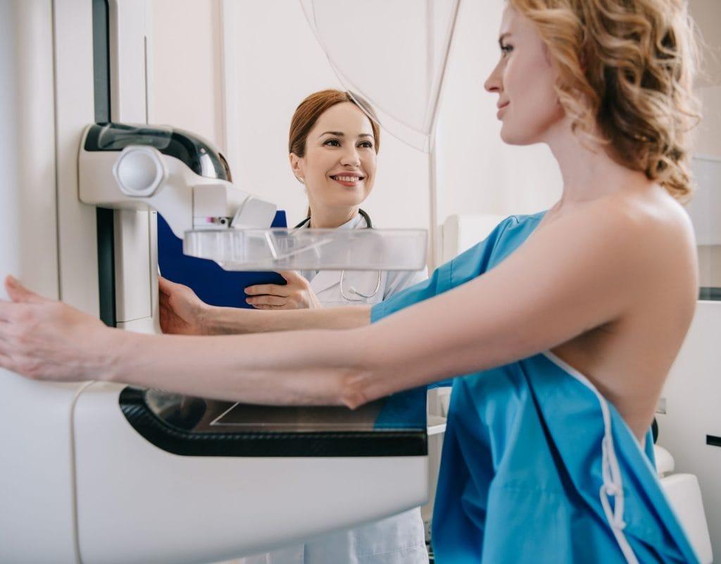 frau bei der mammohraphie in der radiologie mammographie oder ultraschall