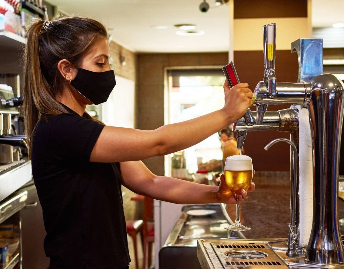 bier masek corona restaurant kellnerin