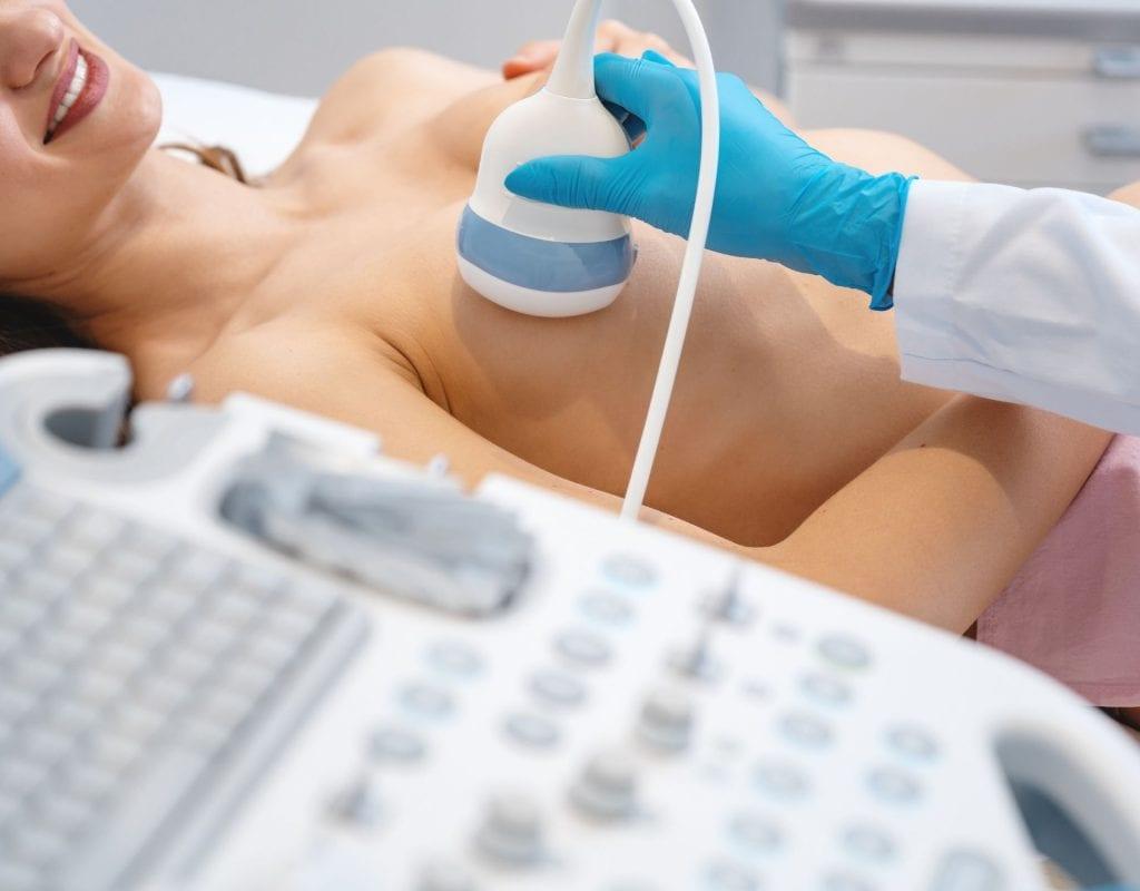 frau bei gynekologin ultraschall brust mammosonographie