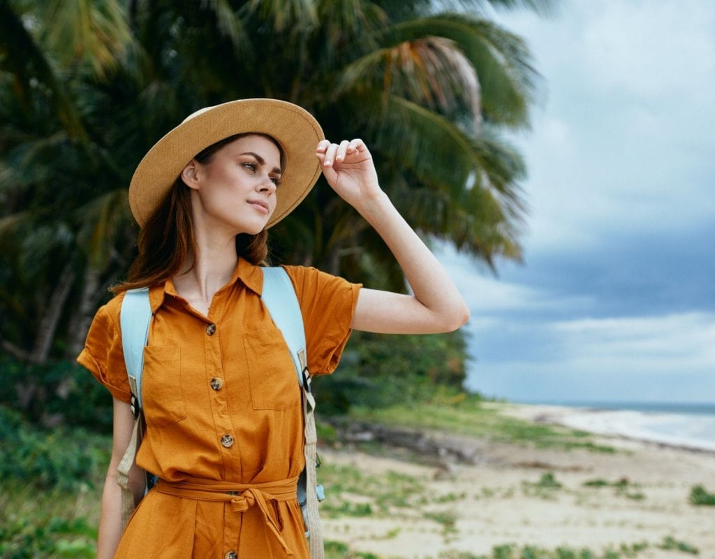 frau am strand safari natur sonnencreme