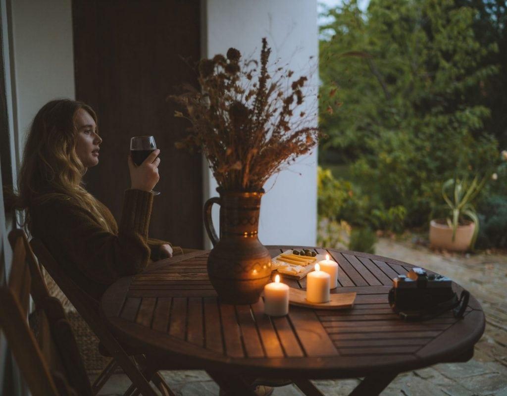 Frau mit Wein