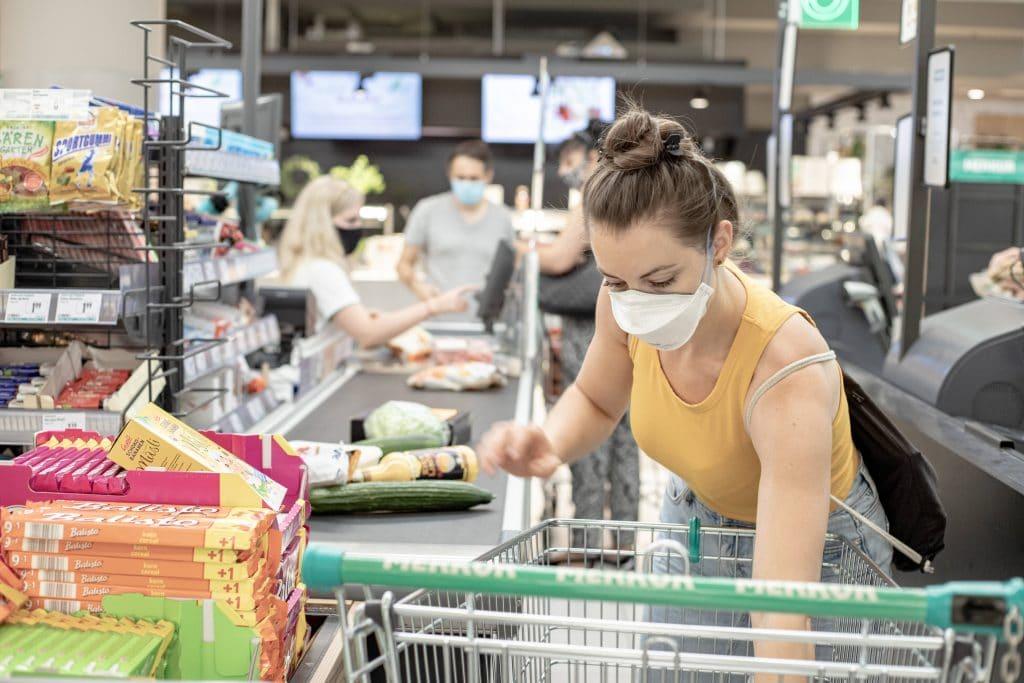 frau maske supermarkt kasse bezahlen aldi lidl rewe