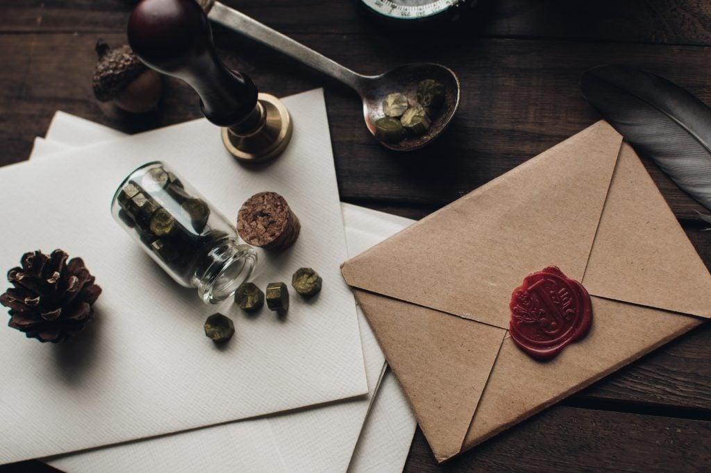 Dark Academia Tisch mit Briefutensilien