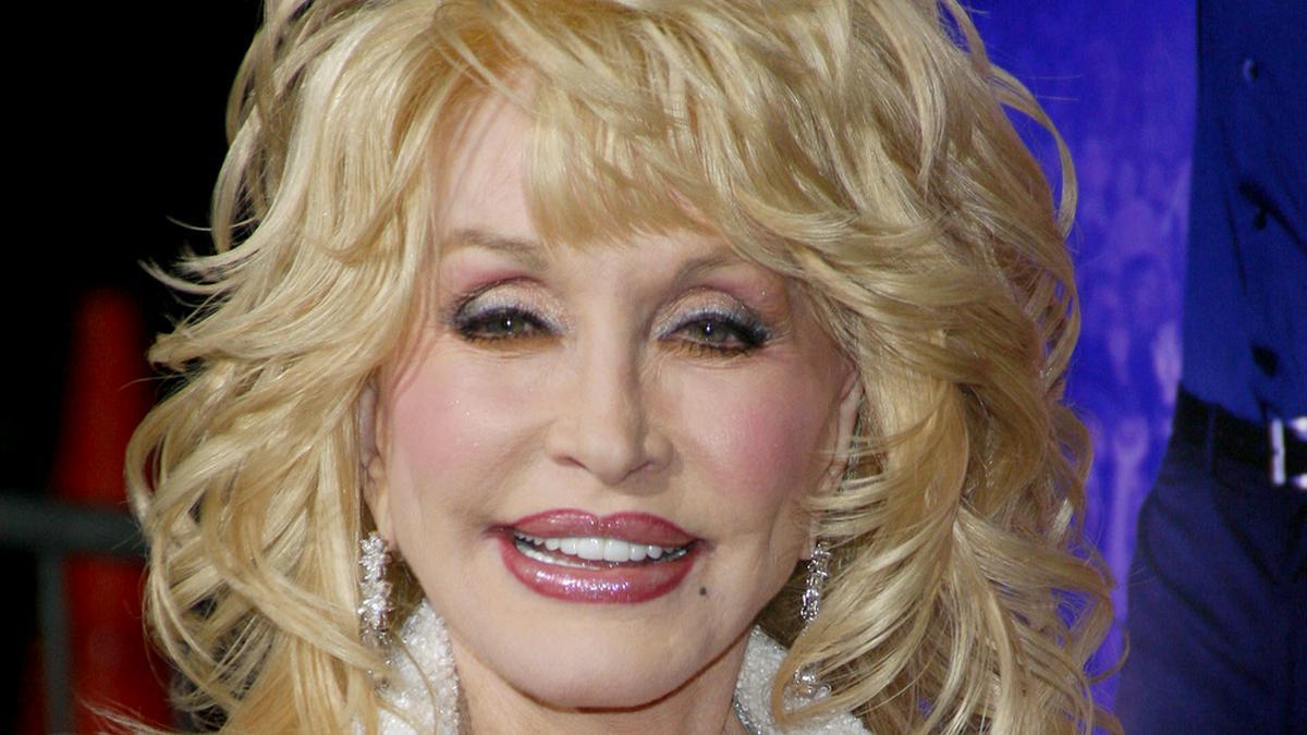 So sieht Dolly Parton auf dem roten Teppich aus - und wenn sie ins Bett geht.. © tinseltown/shutterstock.com