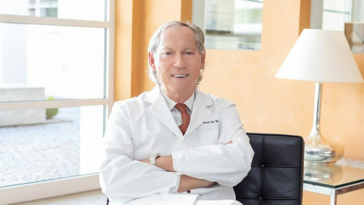 Prof. Dr. Mang ist seit mehr als 30 Jahren als Schönheitschirurg tätig.. © Bodenseeklinik