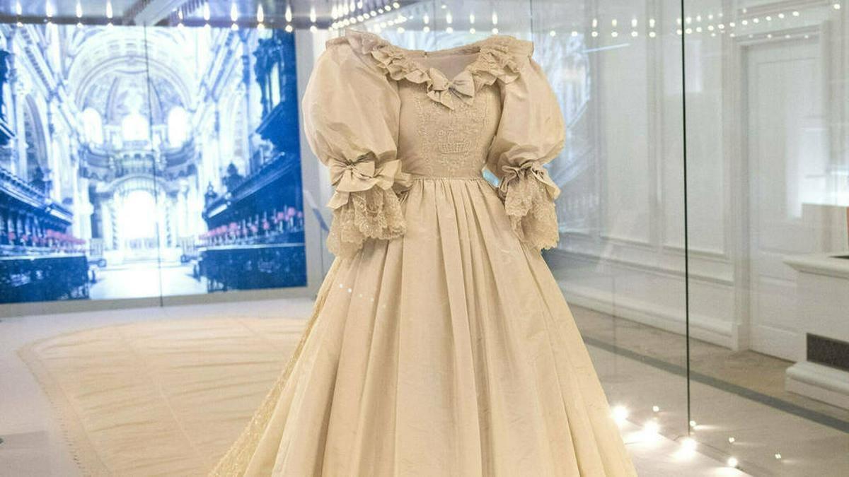 Das Hochzeitskleid von Prinzessin Diana ist im Kensington Palast ausgestellt.. © imago images/Cover-Images
