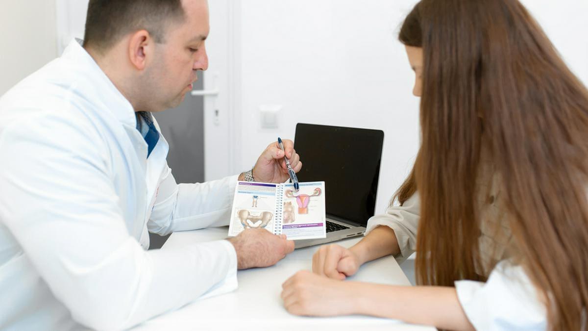 Die Vorsorge gegen Gebärmutterhalskrebs sollte spätestens ab einem Alter von 18 Jahren beginnen.. © Try_my_best / Shutterstock.com