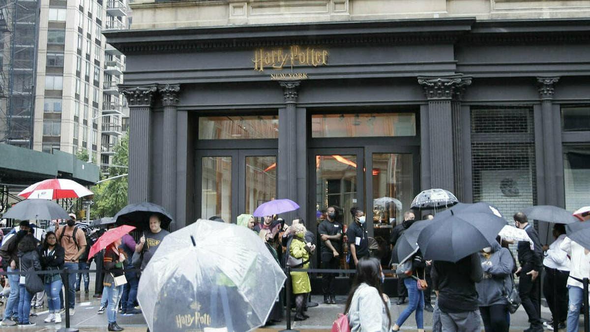 """Viele Fans wollten am Donnerstag einen ersten Blick in den neuen """"Harry Potter""""-Laden werfen.. © imago images/UPI Photo"""