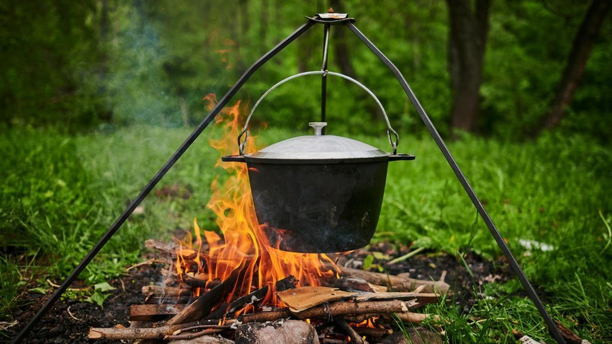 Vor allem leckere Eintöpfe und Suppen lassen sich im Kessel zaubern.. © Shutterstock.com/Vershinin89