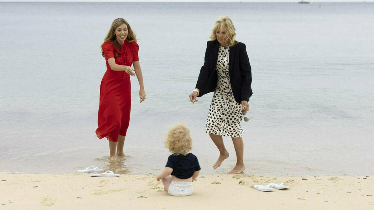 Carrie Johnson (l.) mit ihrem Sohn Wilfred und Jill Biden am südenglischen Strand.. © imago images/UPI Photo
