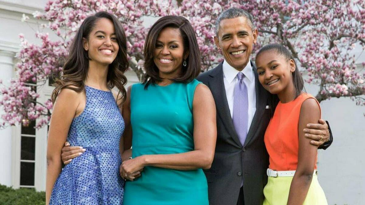 Michelle und Barack Obama mit ihren Töchtern im Garten des Weißen Hauses 2015.. © IMAGO / Everett Collection