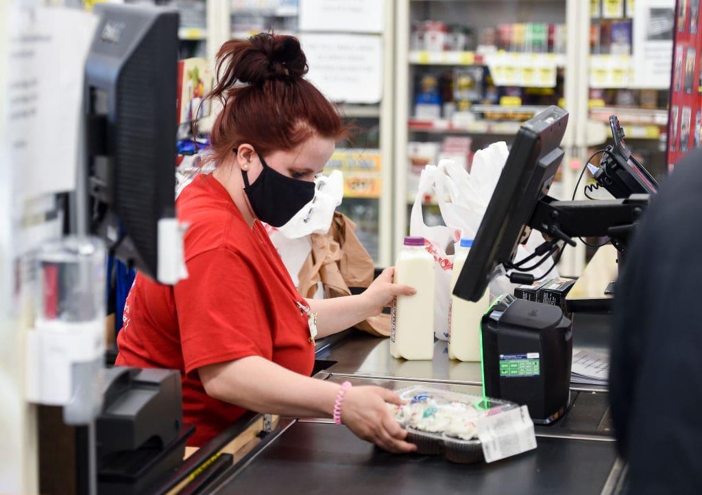 supermarkt frau kasse kassieren einkaufen