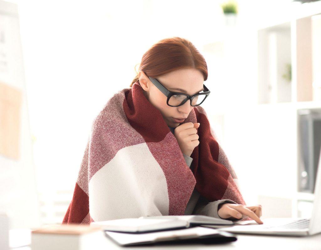 Frau friert im Büro