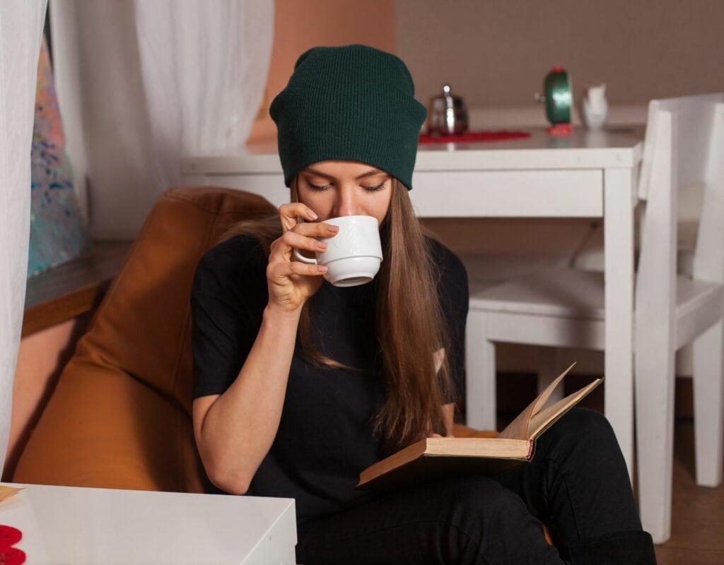 Frau mit Tasse und Buch