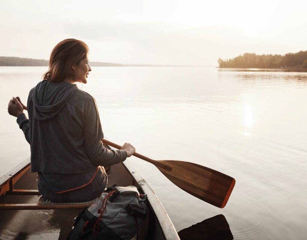 Frau auf dem Fluss in einem Boot