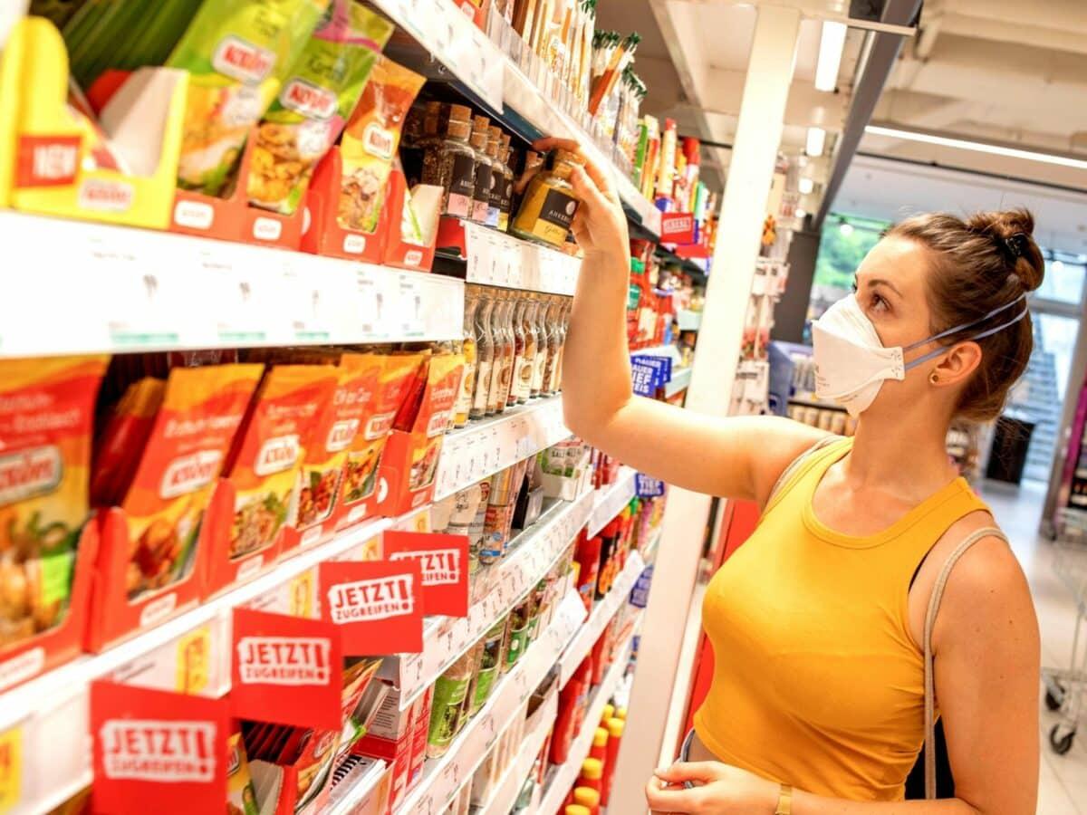 supermarkt regal frau einkauf