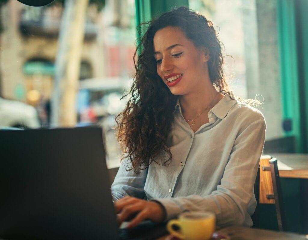 Frau am Laptop im Café