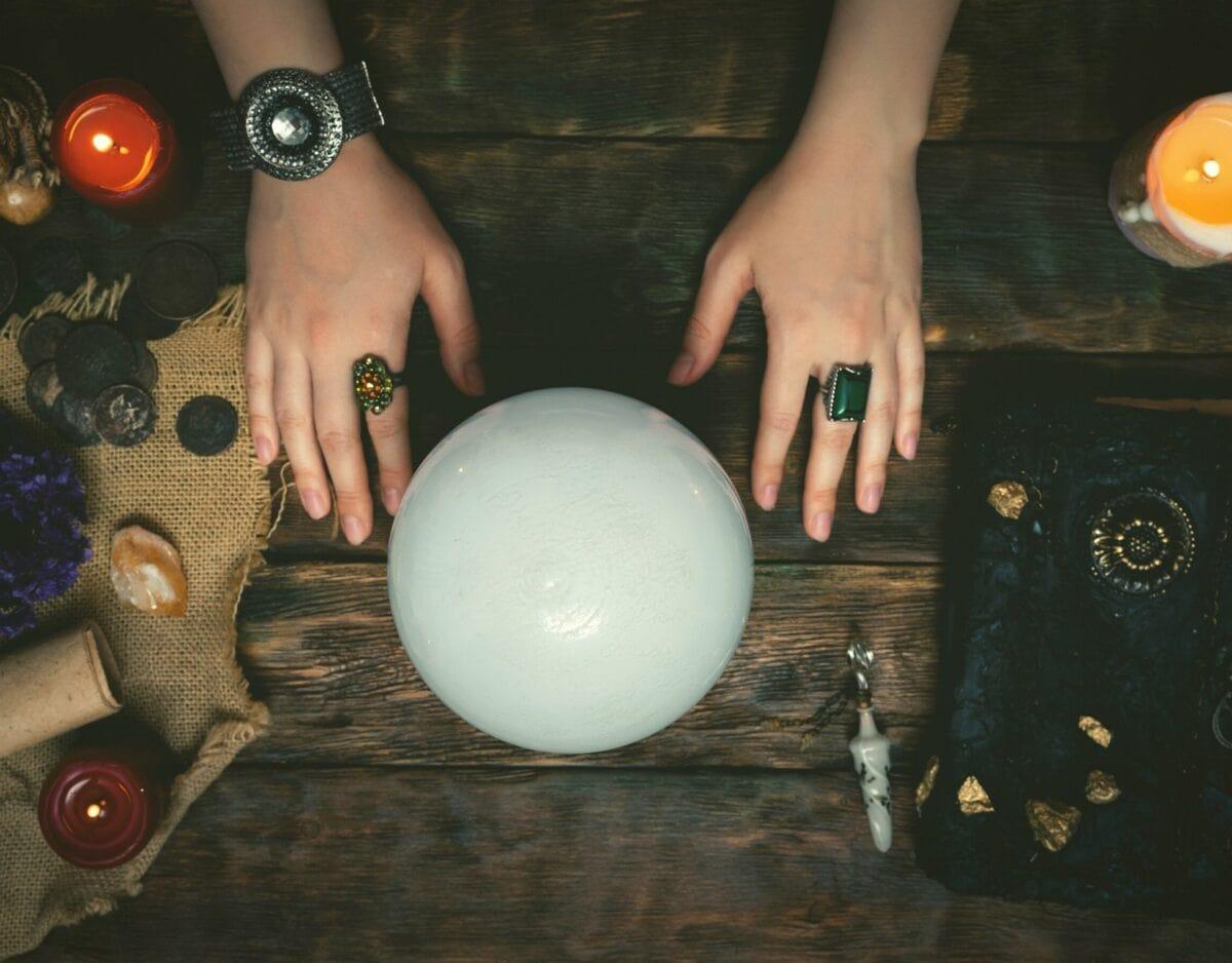 Frau mit Kristallball