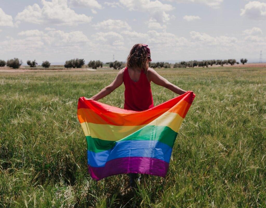 Frau mit Pride Flag Queerbaiting