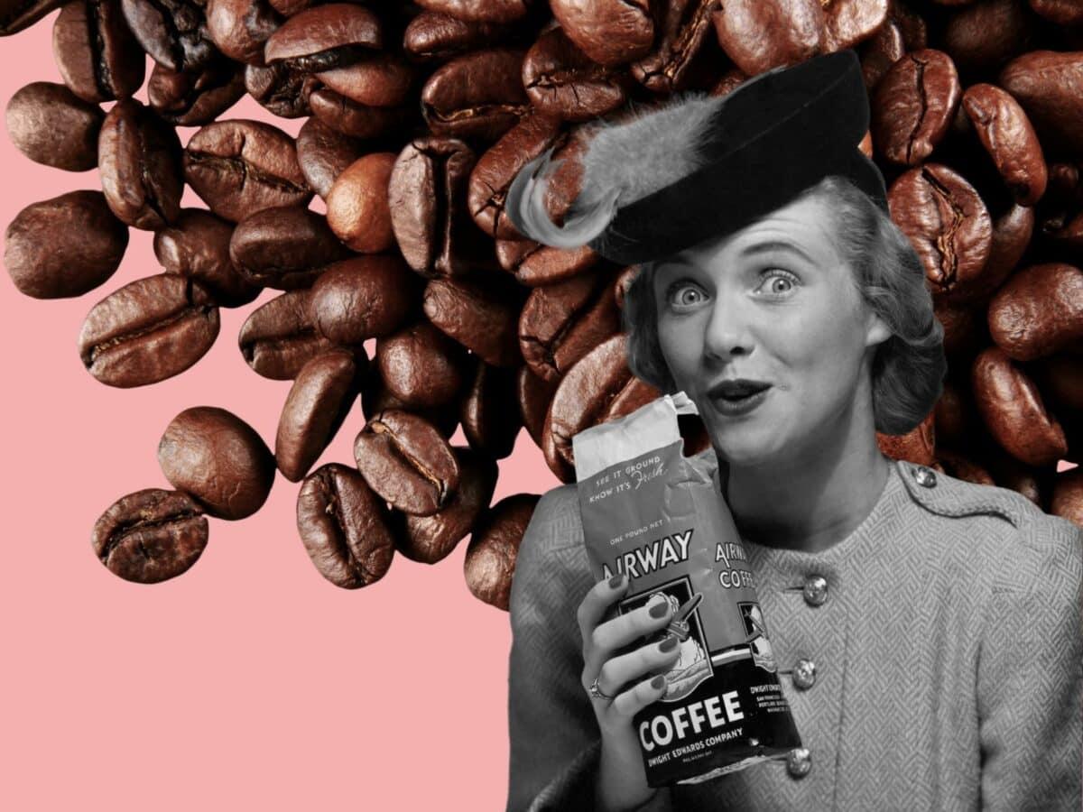 Frau, die einen Kaffeebeutel hält