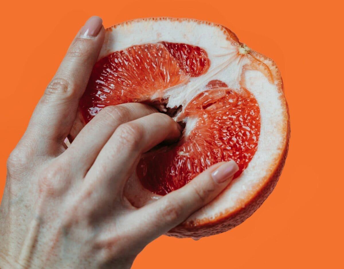 Frauenhand und Grapefruit masturbieren