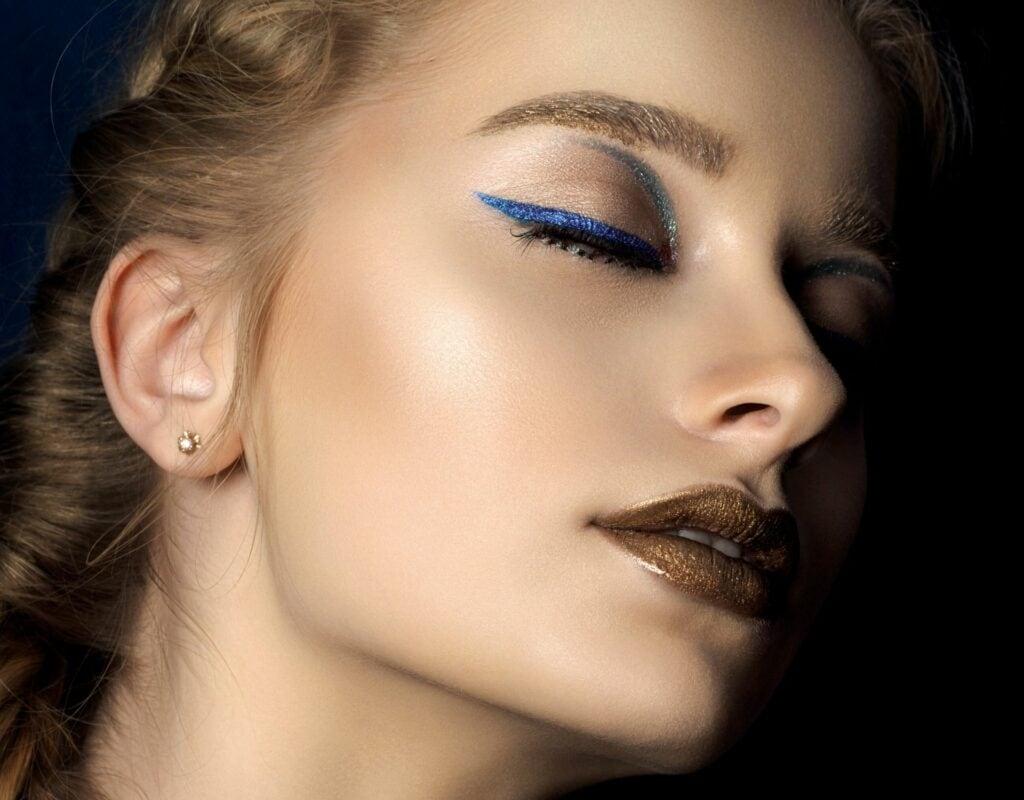 Frau mit blauem Eyeliner