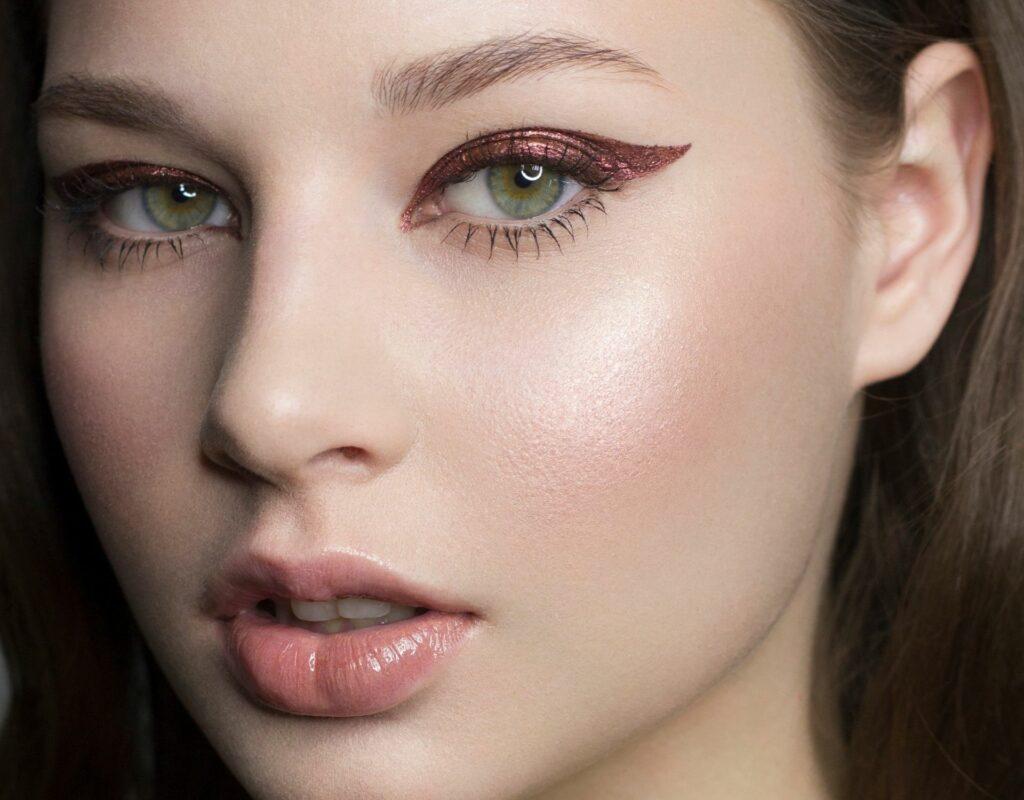 Frau mit rotem Eyeliner