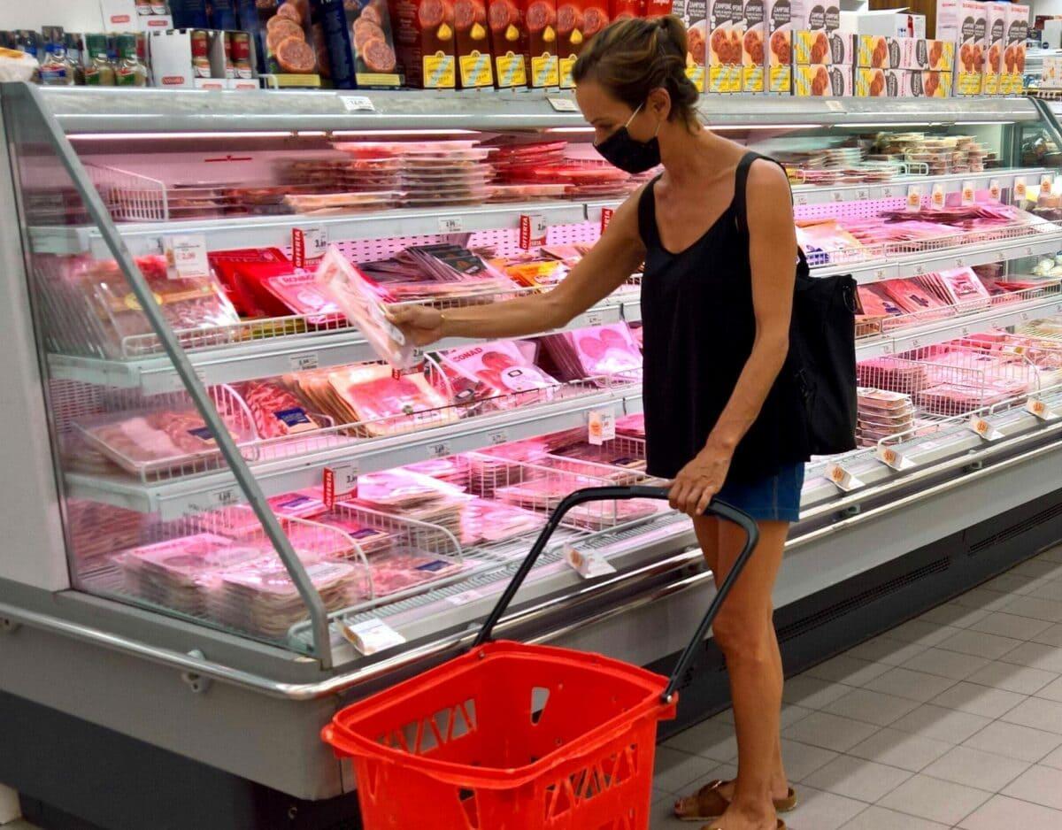 aldi fleisch theke einkauf frau supermarkt