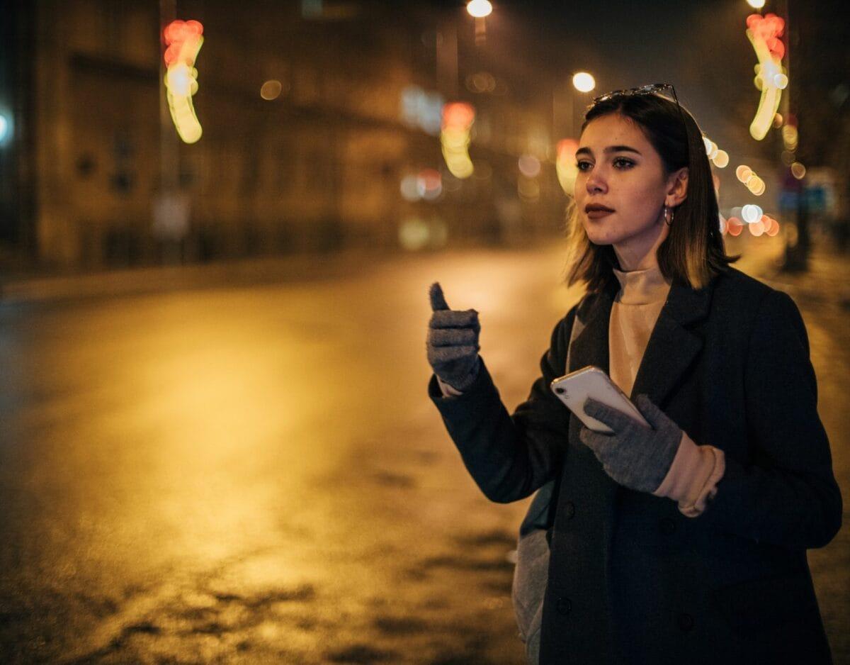 Frau, nachts auf der Straße