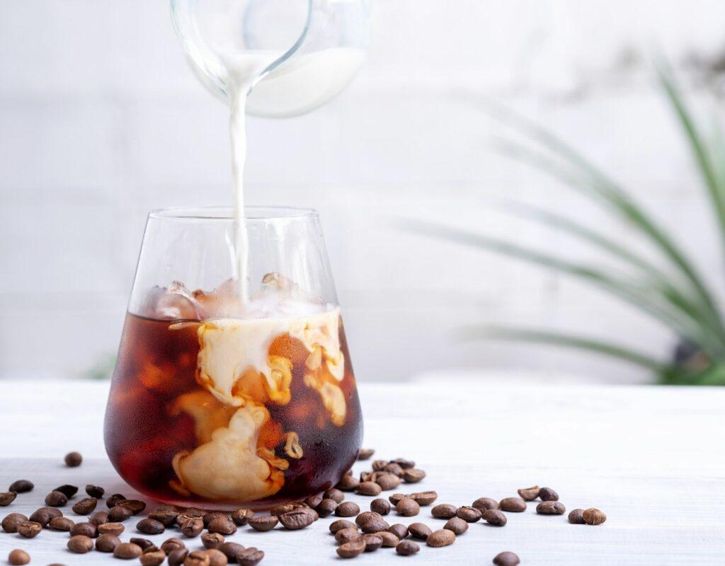 kalter kaffee cold brew mit milch