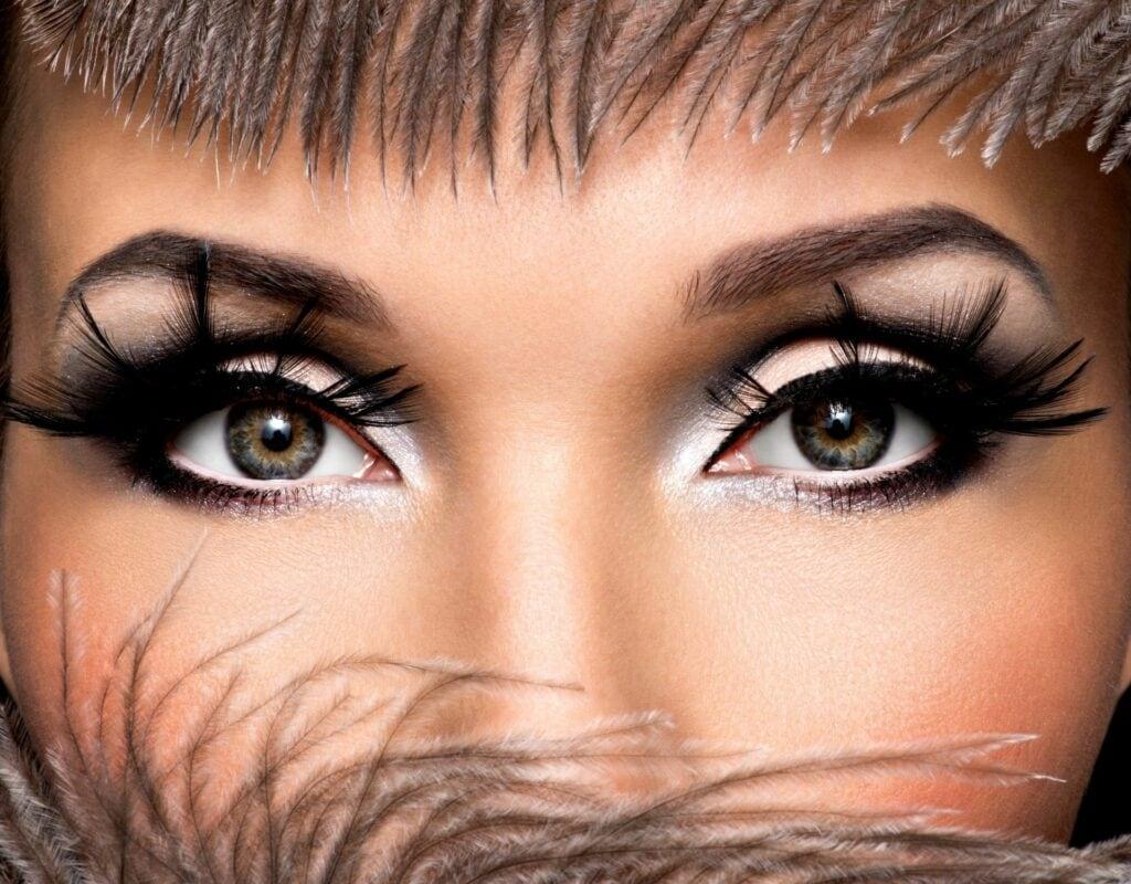 frau mit fake lashes und grauen augen
