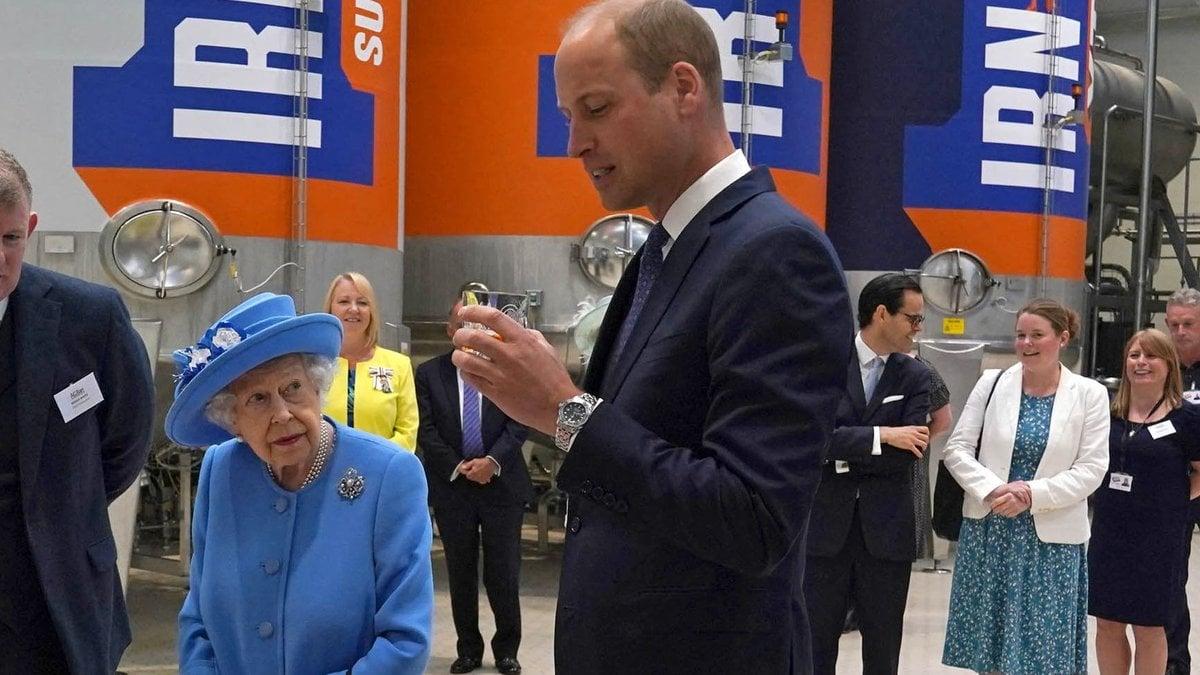 Die Queen und ihr Enkel Prinz William in der Fabrik des Softdrink-Herstellers.. © getty/ANDREW MILLIGAN/POOL/AFP via Getty Images