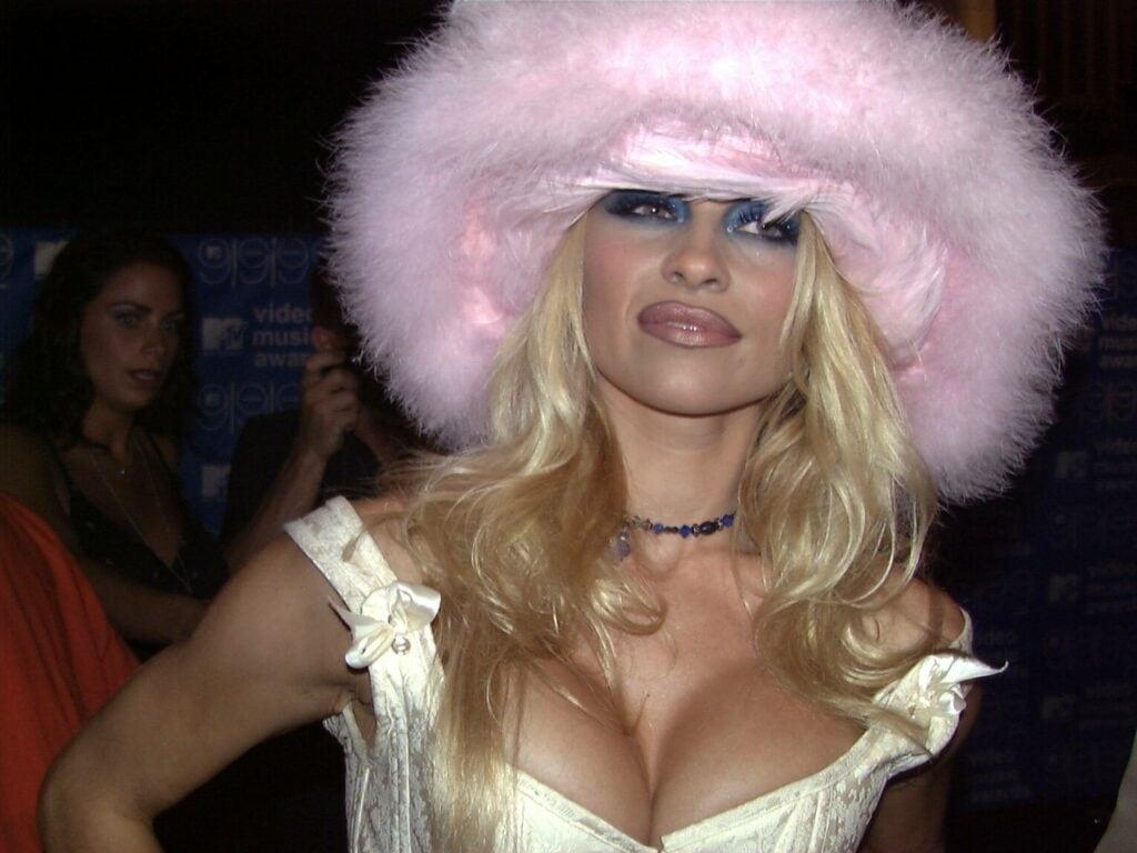 Pamela Anderson mit Hut