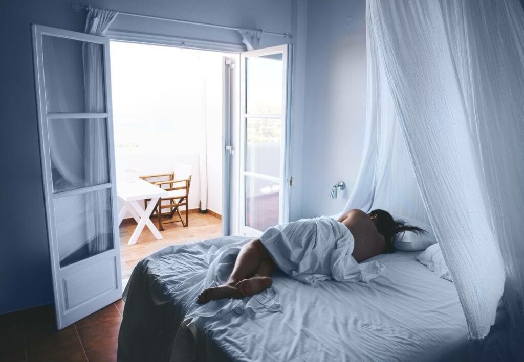 Frau mit Bettlaken