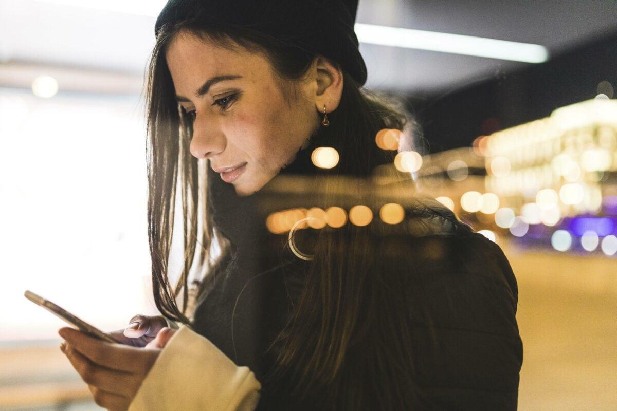 Frau nachts am Handy