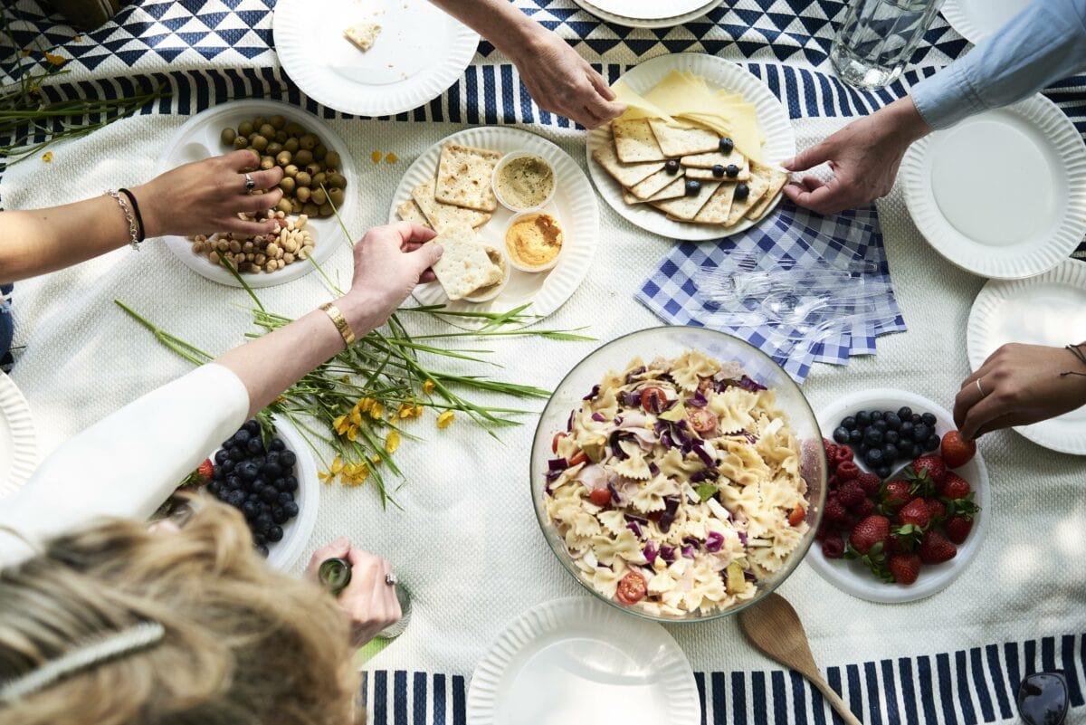 Frauen mit Picknick