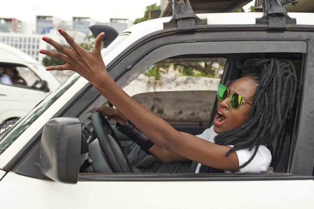 Schwarze Frau im Auto sauer