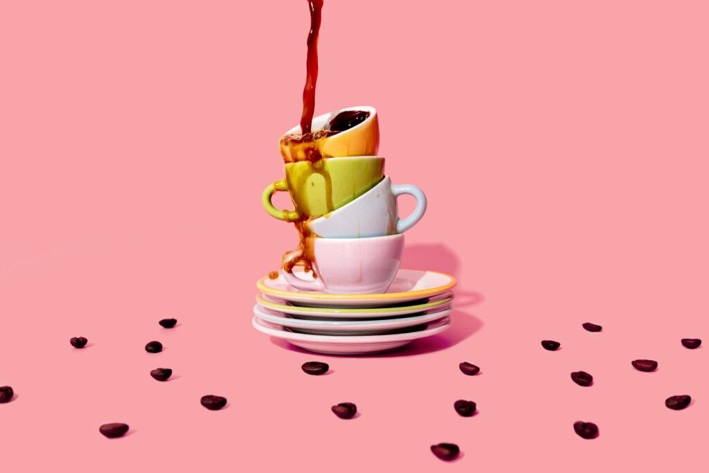 Kaffeetassen und Kaffeebohnen