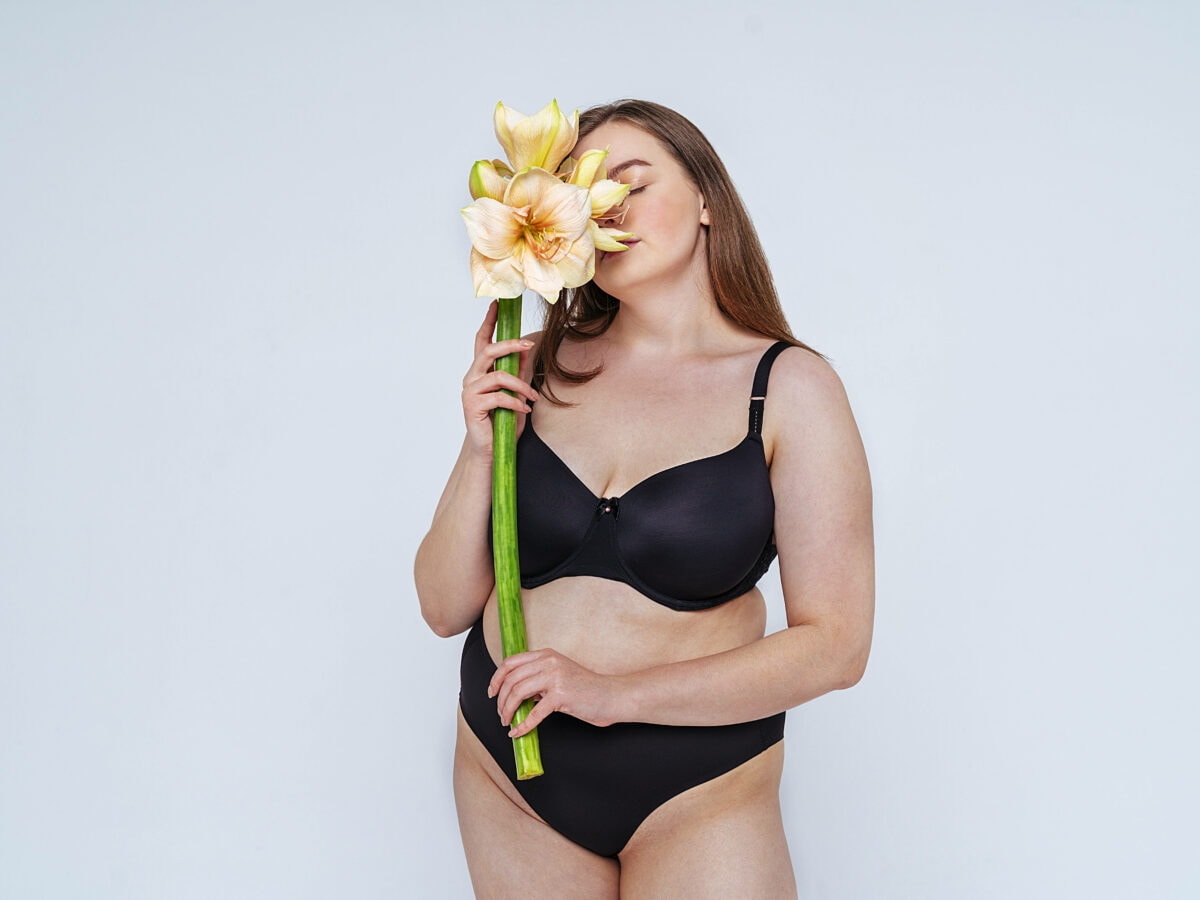 Frau in Bikini mit Blume