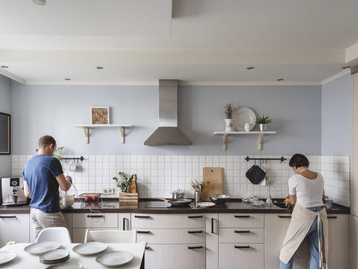 mann frau küche kochen lecker