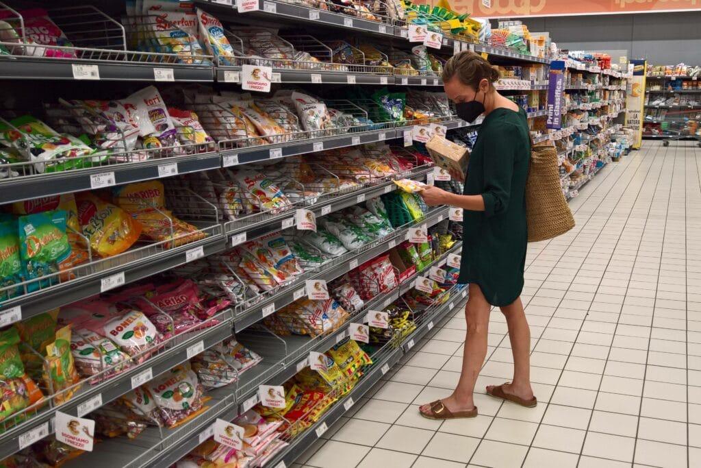 supermarkt frau einkaufen