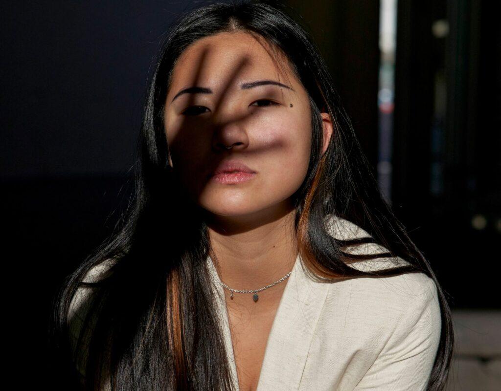 Frau mit Schatten im Gesicht