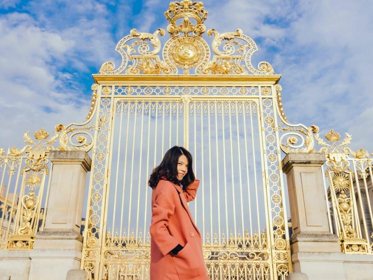 Frau vor Versailles
