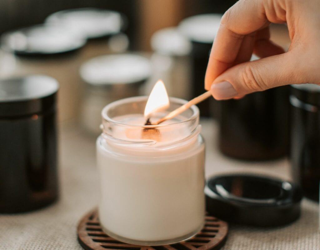 Frau zündet Kerze an