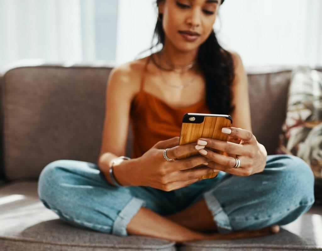 Frau auf dem Sofa mit smartphone