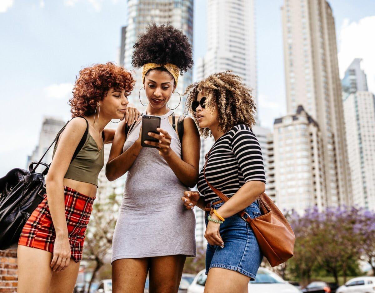drei freundinnen testen dating app in der stadt