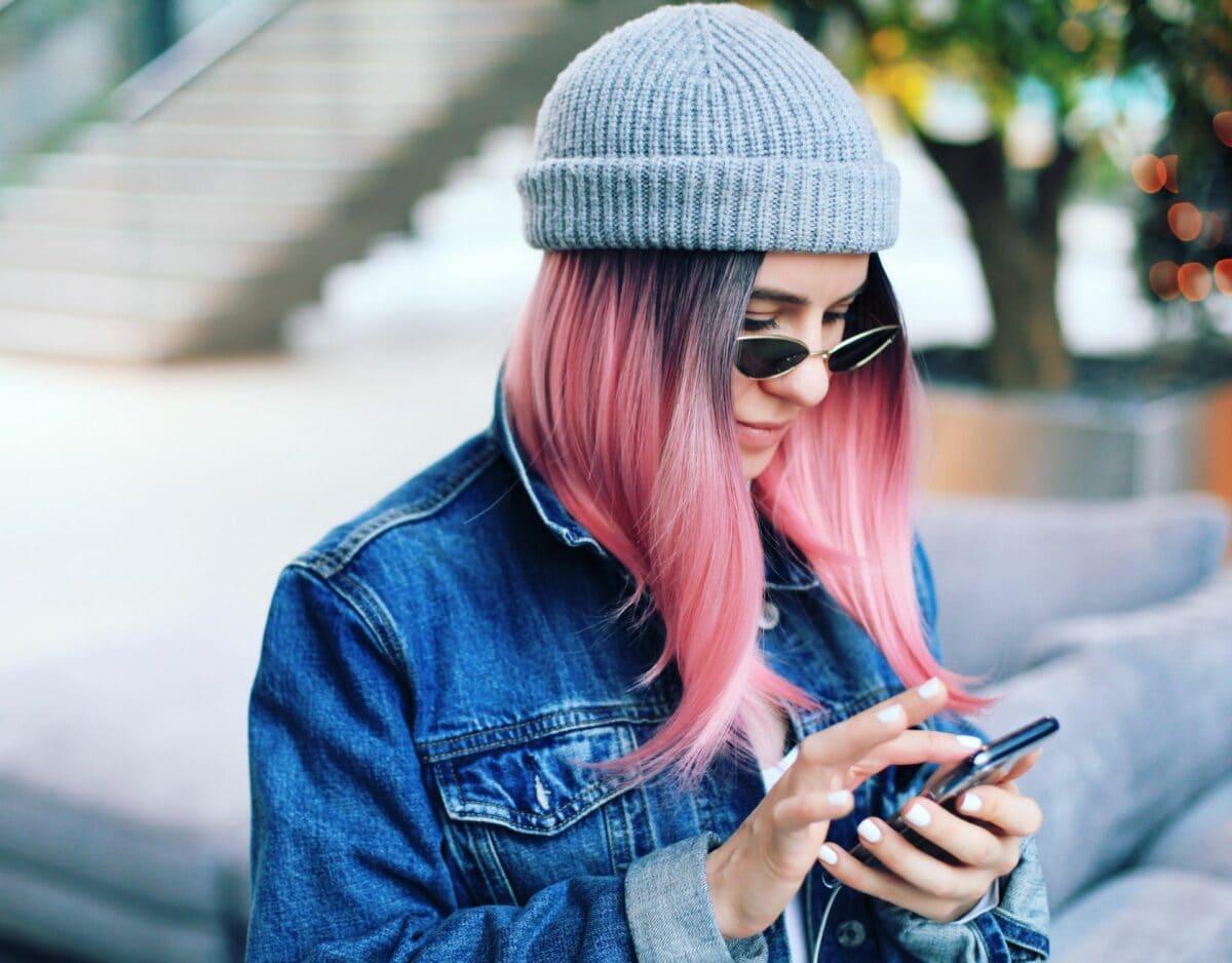 frau am smartphone mit dating app