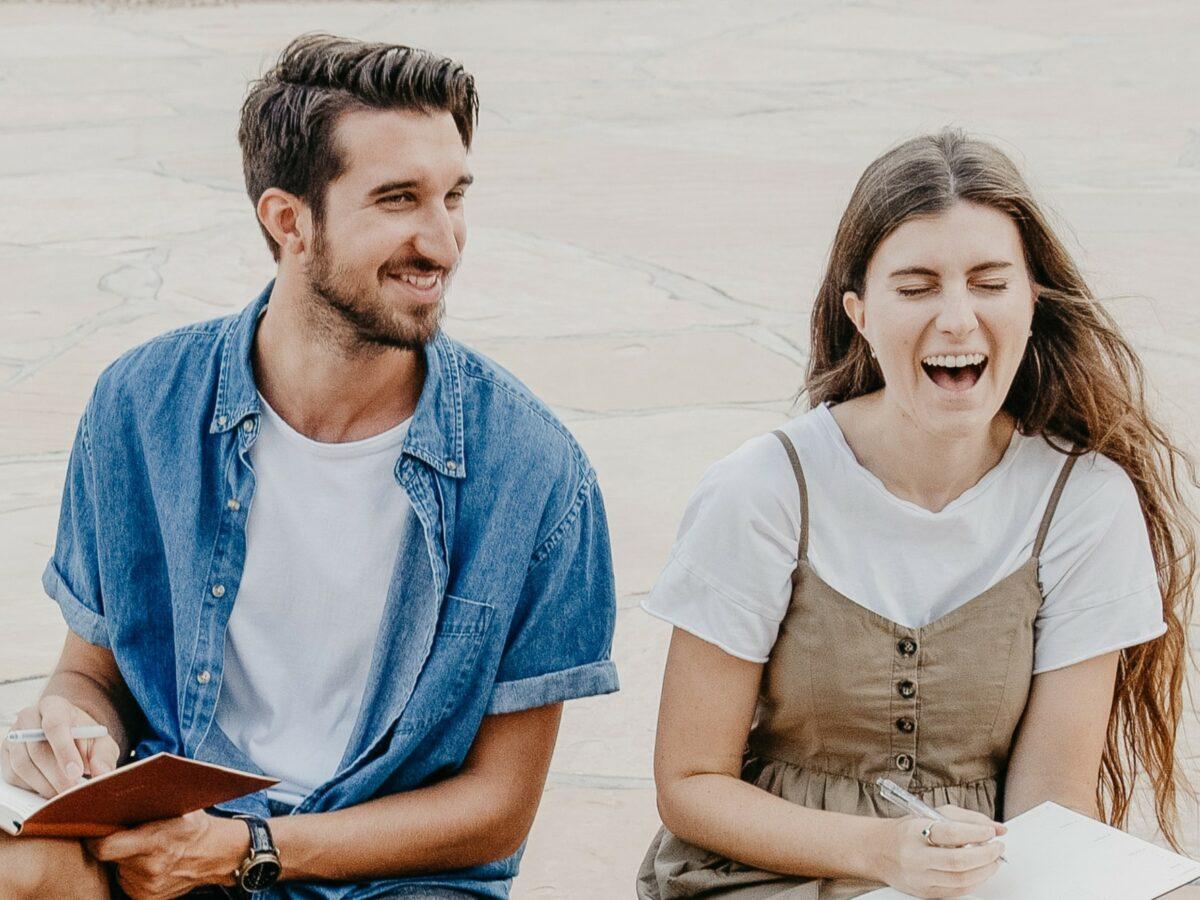 Mann und Frau lachen