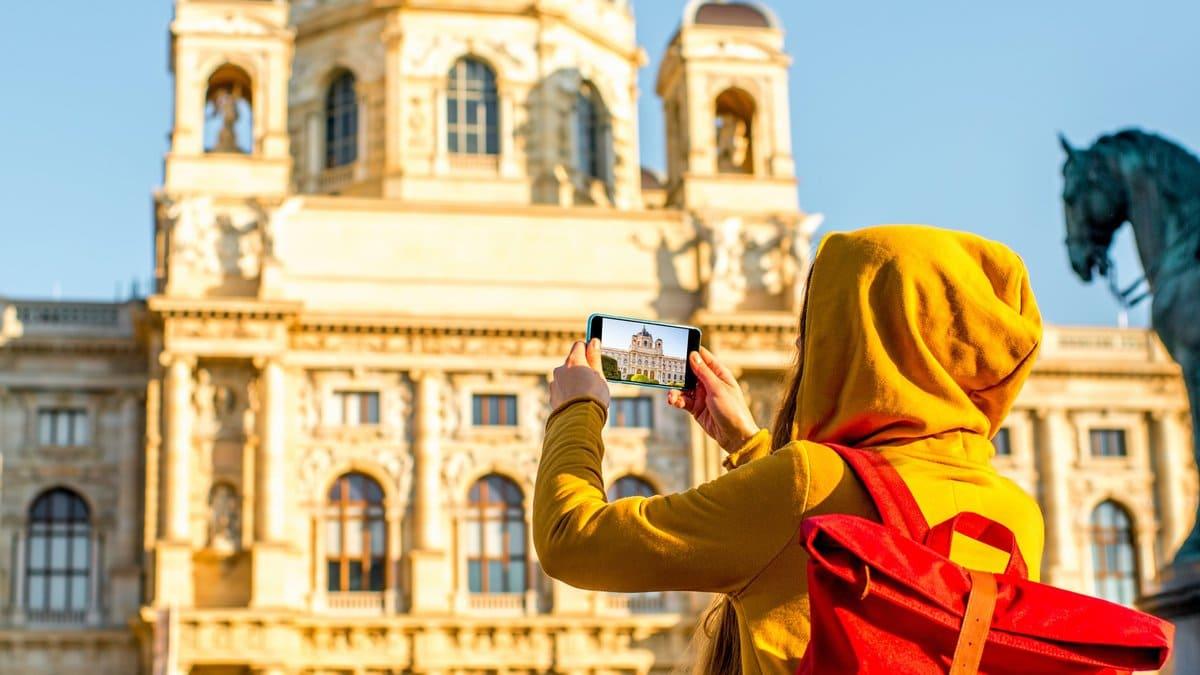 In Österreich können Touristen größtenteils ohne Maske die Städte erkunden.. © RossHelen/Shutterstock.com